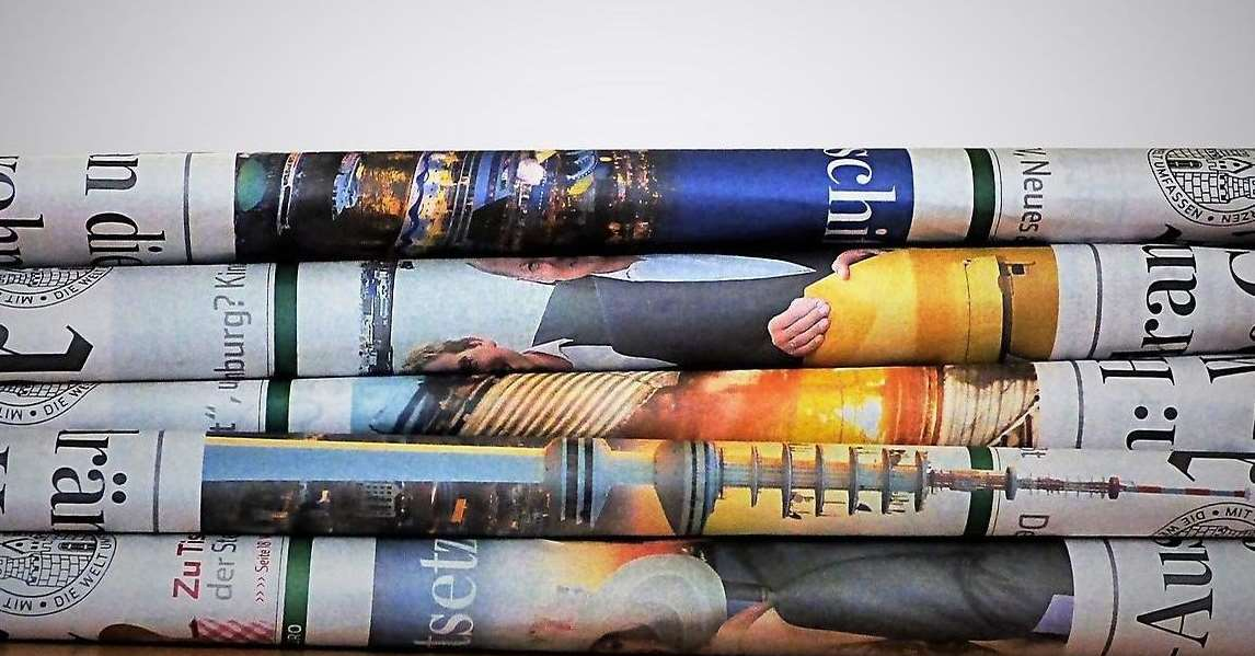 Dagstidningar som ligger vikta ovanpå varandra.